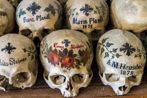 Bí mật ở nơi có hàng trăm hộp sọ được tô vẽ kỳ dị