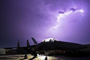 Máy bay chiến đấu chống chịu với bão bằng cách nào
