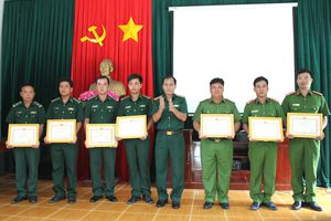 Khen thưởng đột xuất Đồn Biên phòng Kiểng Phước và Công an thị trấn Vàm Láng