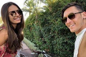 Mesut Ozil vui vẻ bên bạn gái nóng bỏng khi tuyển Đức lâm nguy