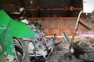 Taxi đâm xe tải đậu trên cầu Cần Thơ, 3 người tử vong