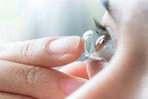 Không muốn bị nhiễm trùng mắt khi đeo kính áp tròng bạn hãy làm ngay những điều này