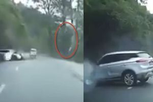 Clip đá tảng rơi từ núi đè nát đầu ô tô, tài xế chết thảm