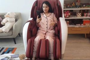 Nhã Phương xinh tươi livestream trò chuyện với fan nhưng vòng 2 lùm lùm lại gây chú ý hơn cả