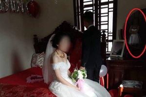 Điều bất ngờ phía sau khoảnh khắc cô gái lặng lẽ trong đám cưới bạn thân và người yêu cũ đang gây sốt
