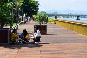 Giới trẻ đổ xô 'check in' cầu đi bộ bằng gỗ lim trên sông Hương