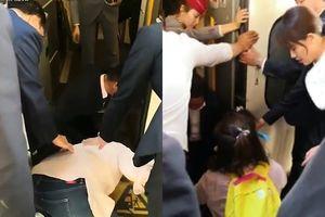 Mẹ mải dùng điện thoại, con ngã sấp mặt xuống đường ray tàu cũng không biết