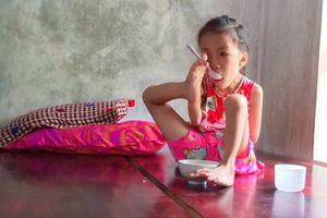 Bé Linh không tay học xuất sắc, viết chữ cực đẹp với ước mơ làm cô giáo