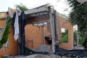 Phó bí thư huyện đập bỏ nhà mới xây trên nửa tỉ đồng