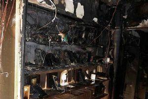 Cháy cửa hàng điện thoại di động trong đêm
