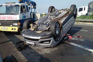 Ô tô 4 chỗ lật ngửa trên cao tốc, 3 người gào khóc kêu cứu