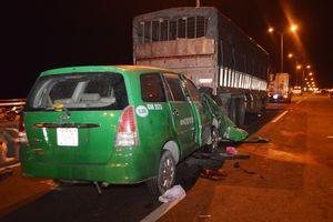Taxi húc đuôi xe tải đang dừng, tài xế và 2 hành khách đều tử vong