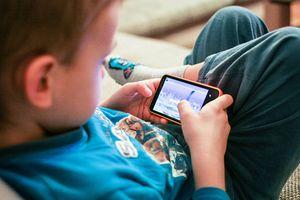 Trẻ nhập viện vì hội chứng nghiện điện thoại và mạng xã hội: Bố mẹ trả lời 10 câu hỏi này