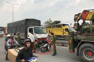 Xe tải va chạm kéo lê 3 xe máy trên quốc lộ 1A khiến 2 người tử vong tại chỗ