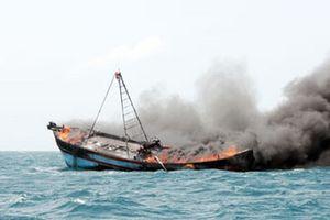 Nổ tàu cá ở Quảng Ngãi làm 1 người chết, 13 người bị thương