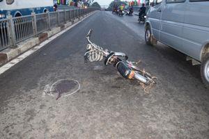 Va chạm với xe đạp điện cụ ông nhập viện khẩn