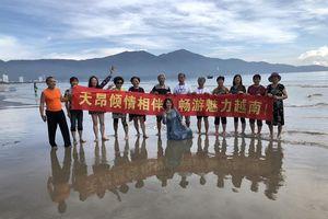 Du khách Trung Quốc căng băng rôn chữ Hán ở biển Đà Nẵng: 'Không sao cả'