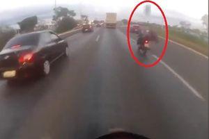 Trúng lốp xe 'từ trên trời', người đi xe máy thiệt mạng ở Brazil