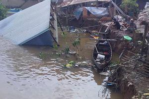 2 căn nhà sụp xuống sông lúc rạng sáng, hơn 10 người thoát chết