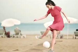 Bạn gái hoa hậu của Mesut Oezil tâng bóng điệu nghệ