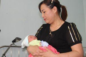 Bé gái sơ sinh nặng 3 kg bị bỏ rơi dưới gốc cây xà cừ