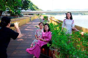 Đường đi bộ lót sàn gỗ lim dọc bờ sông Hương: Điểm nhấn thu hút du khách