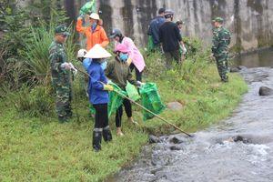 Dọn vệ sinh môi trường sông, suối khu vực biên giới Việt - Trung