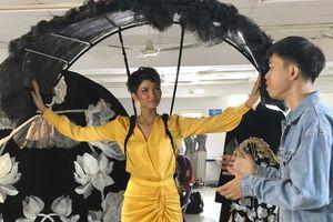 H'Hen Niê nói gì về trang phục dân tộc cô sẽ trình diễn tại Miss Universe 2018?