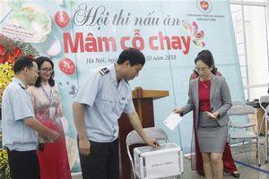 Nữ công TCHQ ủng hộ 2 cháu bé mất cha mẹ trong vụ cháy ở Đê La Thành