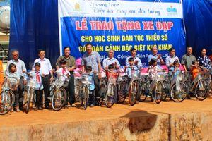 Công ty Điện lực Gia Lai tặng xe đạp cho học sinh nghèo vượt khó