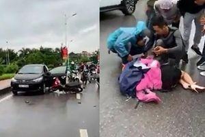 Tài xế ô tô mở cửa bất cẩn khiến người đi xe máy ngã văng xuống đường