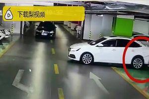 Lùi ô tô trong bãi đỗ, nữ tài xế phá hỏng 3 xe sang