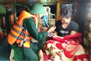 Quảng Bình: Cứu sống 5 ngư dân cùng tàu gặp nạn ngoài khơi