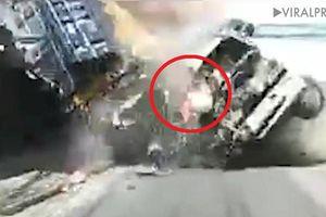 Clip: Xe tải nát đầu sau va chạm thảm khốc, 2 mẹ con thoát chết kỳ diệu