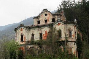 Cận cảnh ngôi nhà ma ám bỏ hoang từng xảy ra án mạng thảm khốc