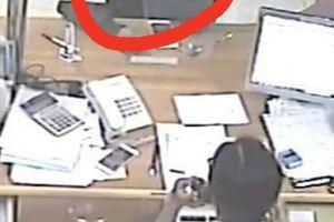 Vào ngân hàng rồi 'cầm nhầm' điện thoại trị giá 20 triệu đồng của khách hàng?