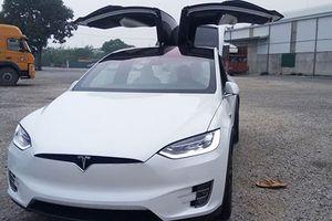 'Đập thùng' Tesla Model X P100D tiền tỷ màu trắng ở Hà Nội