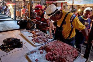 Khủng hoảng kinh tế, dân Venezuela mua cả thịt thối về ăn