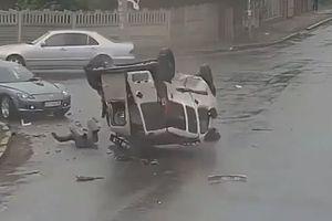 Người đàn ông thoát khỏi 'tử thần' sau khi xe bị lật