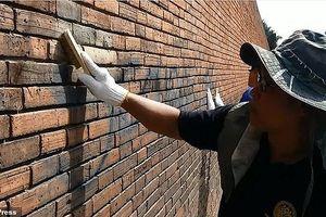 Du khách say xỉn vẽ lên tường thành cổ đối diện án tù 10 năm