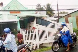 Kiên Giang: Xe khách lao vào nhà dân, 5 người bị thương