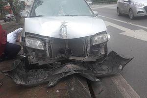 Hà Nội: Ô tô mất lái, lao lên vỉa hè khiến người đi đường đứng tim