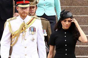 Công nương Meghan nổi bật trong váy đầm đen cổ điển bên cạnh hoàng tử Harry