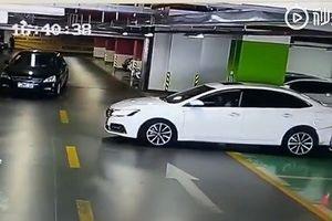 Video cô gái tông vào hàng loạt xe khi lùi khỏi chỗ đỗ