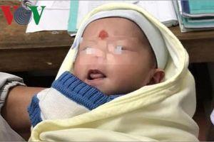 Phát hiện cháu bé khoảng 2 tháng tuổi bị bỏ rơi bên vệ đường