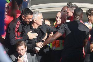 Mourinho nổi điên, đuổi đánh người Chelsea ngay tại sân