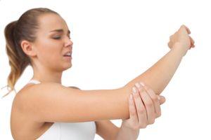Tại sao tay chúng ta tê đau khi bị đập vào cùi trỏ?