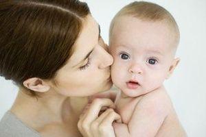 Những nguy hại tiềm ẩn cho trẻ trong nụ hôn của người lớn