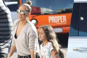 Jennifer Lopez xinh đẹp rạng ngời dạo phố cùng con gái