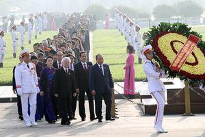 Đoàn Đại biểu Quốc hội viếng Chủ tịch Hồ Chí Minh trước giờ khai mạc kỳ họp thứ 6